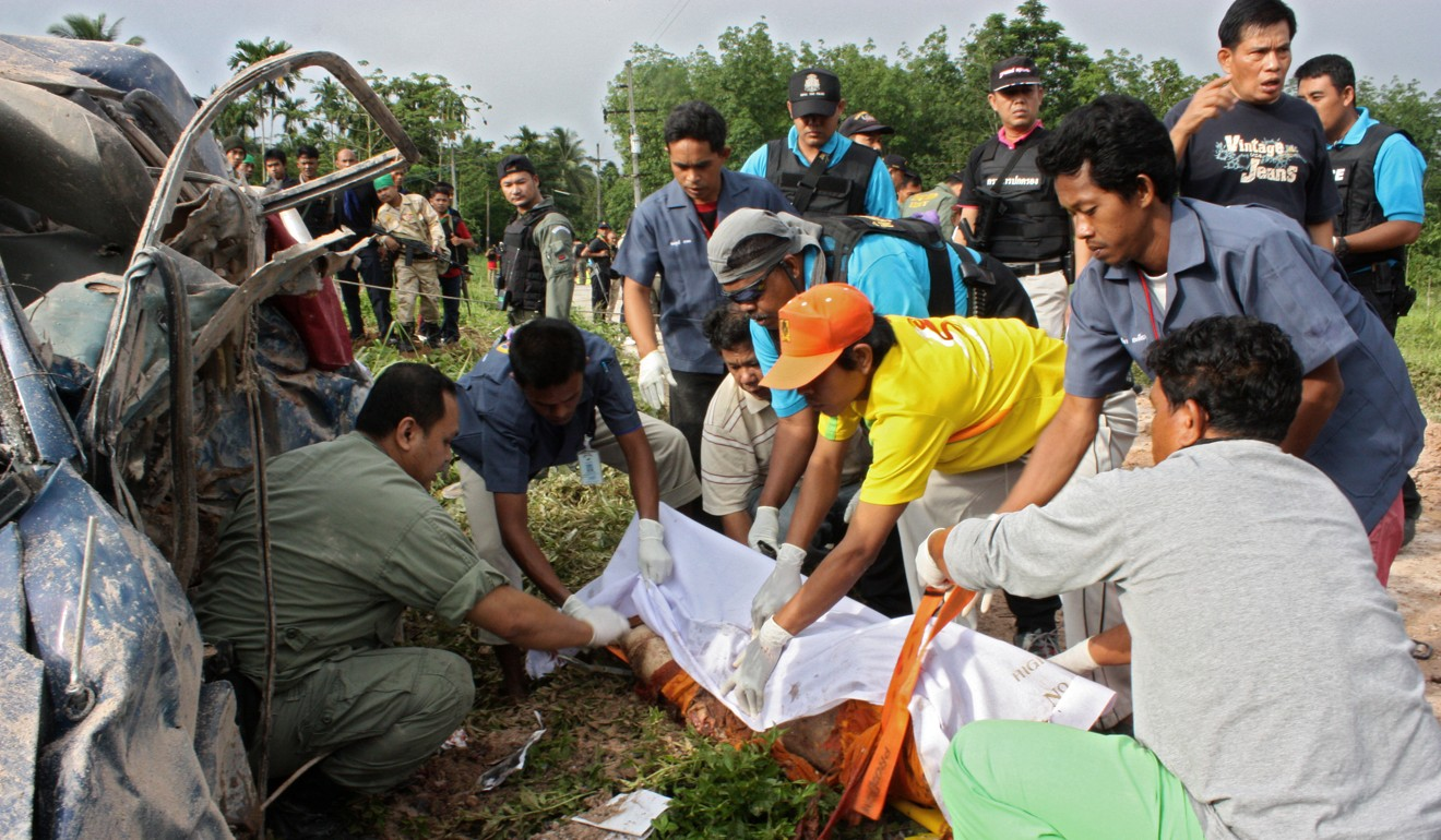 Thai authorities cover up one of two Buddhist monks killed by a roadside bomb planted by suspected separatist Muslim militants in Thailand's restive southern province of Yala. Photo: AFP