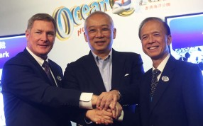 Incoming Ocean Park chief executive Matthias Li (right), with predecessor Tom Mehrmann (left) and Chairman Leo Kung. Photo: K. Y. Cheng