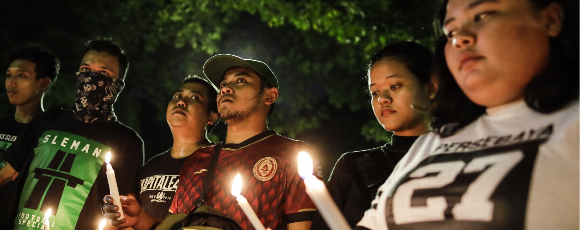 Indonesian mourn victims of the bomb blasts. Photo: EPA