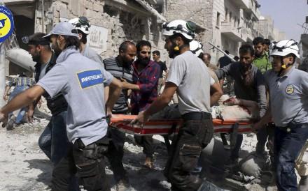 シリアの民間防衛白ヘルメット、東部アレッポの反政府勢力-開催部分の救助隊員。 写真:AP