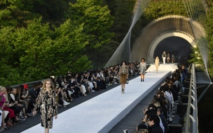 epa05963949 Models present creations by French designer Nicolas Ghesquiere for Louis Vuitton Fashion House during the Louis Vuitton's Cruise 2018 Show at the Miho Museum in Koka, south-east of Kyoto, Japan, 14 May 2017. EPA/FRANCK ROBICHON