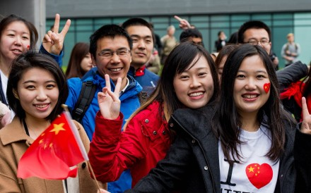 Chinese students show support for Chinese President Xi Jinping as he arrives to tour the National Graphene Institute at Manchester University in English in October 2015. Photo: AFP