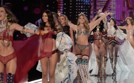 US model Martha Hunt (C) and fellow models acknowledge the audience at the end of the 2017 Victoria's Secret Fashion Show in Shanghai on November 20, 2017. Photo: AFP