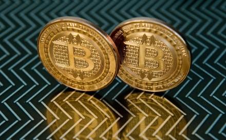 bitcoin che al prezzo di US $ 11,255 di Domenica notte a Hong Kong. Foto: AFP