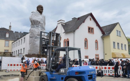 Workers install a statue of German philosopher Karl Marx in Trier, Germany. The bronze statue is a present from China for the 200th anniversary of Marx's birth. Photo: AFP
