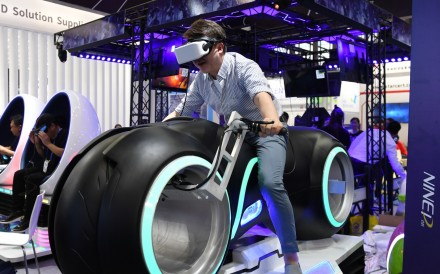 A visitor experiences VR at the 20th China Hi-Tech Fair (CHTF) in Shenzhen, south China's Guangdong Province, Nov. 14, 2018. Photo: Xinhua