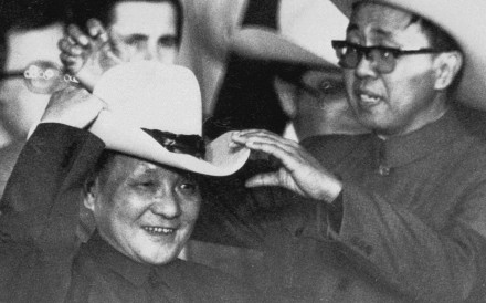 With the help of an aide, Deng Xiaoping tries on a cowboy hat at a rodeo near Houston during his visit to the United States. Photo: Corbis-Bettman/UPI, Reuters