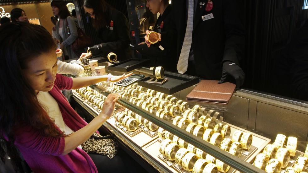 Luk Fook jewellery salesman jailed over scam involving borrowed