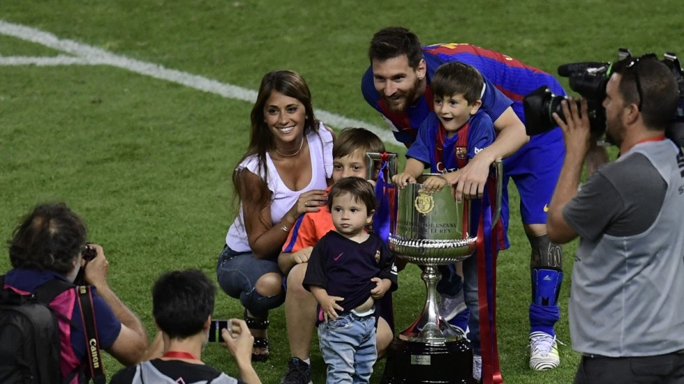 As lionel messi wins cup for barcelona his 30th trophy luis enrique says he has many years - Forlady barcelona ...