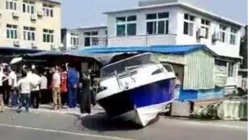 d8684ef84c Three killed after towed yacht smashes into shop in China