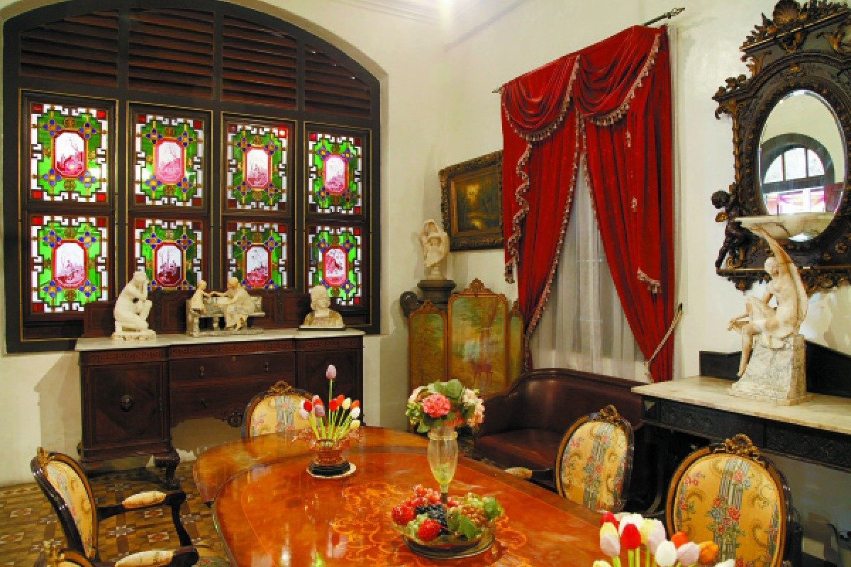 An English-style room in the mansion.