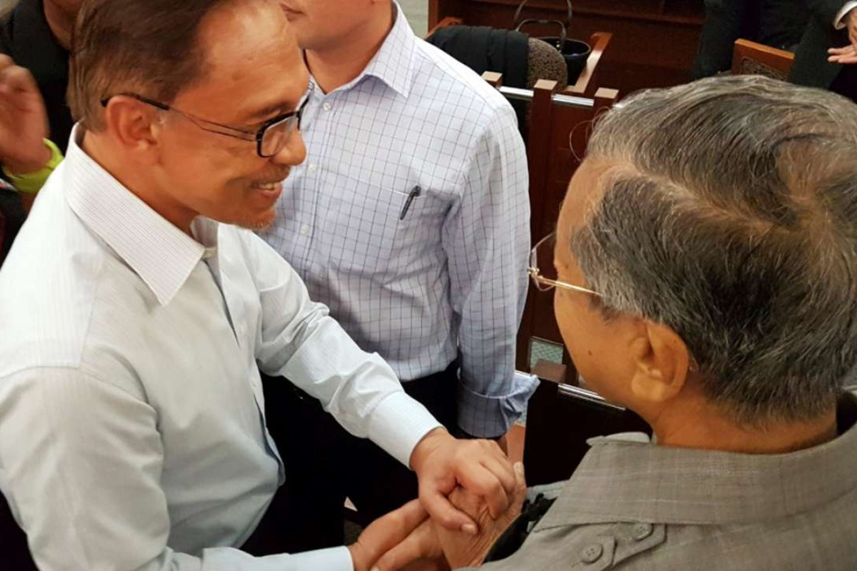 Malaysia's former prime minister Mahathir Mohamad (R) meets with jailed opposition leader Anwar Ibrahim in a high court in Kuala Lumpur September 5, 2016. Najwan Halimi/Handout via REUTERS FOR EDITORIAL USE ONLY. NO RESALES. NO ARCHIVES. MANDATORY CREDIT THIS PICTURE WAS PROCESSED BY REUTERS TO ENHANCE QUALITY. AN UNPROCESSED VERSION HAS BEEN PROVIDED SEPARATELY TPX IMAGES OF THE DAY