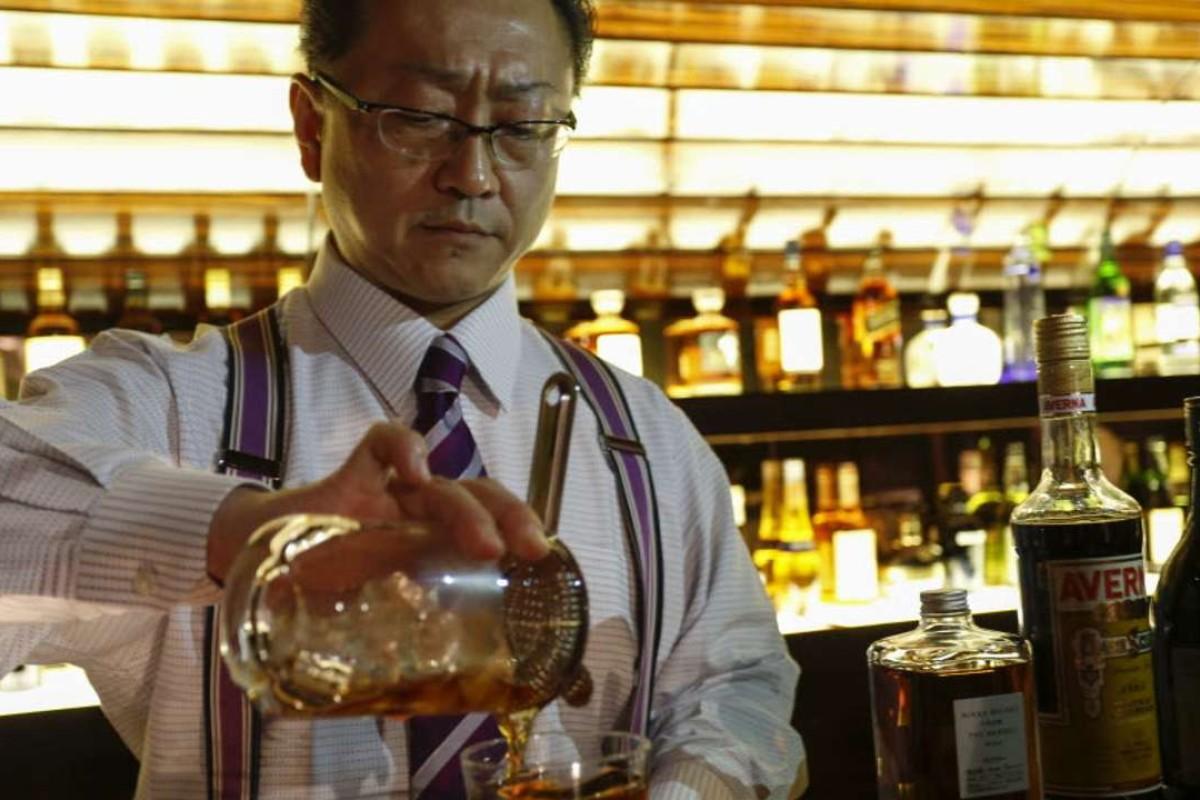 Hidetsugu Ueno mixing a Hidden Gem at the MO Bar, at the Landmark Oriental hotel. Photos: Chen Xiaomei