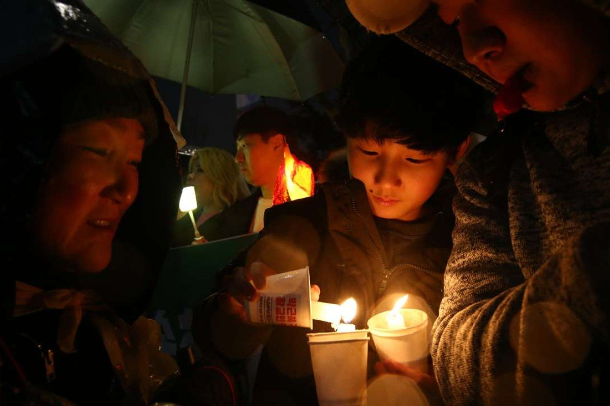South Koreans light a candle during a rally against South Korean President Park Geun-Hye on a main street in Seoul, South Korea, on March 1. Photo: EPA