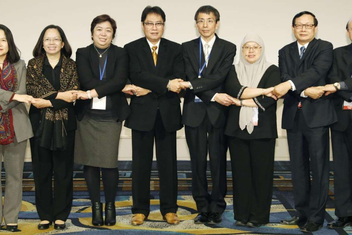 Attendees at the Regional Comprehensive Economic Partnership pose for photos at the start of a new round of talks in the western Japanese port city of Kobe on February 27. Photo: Kyodo