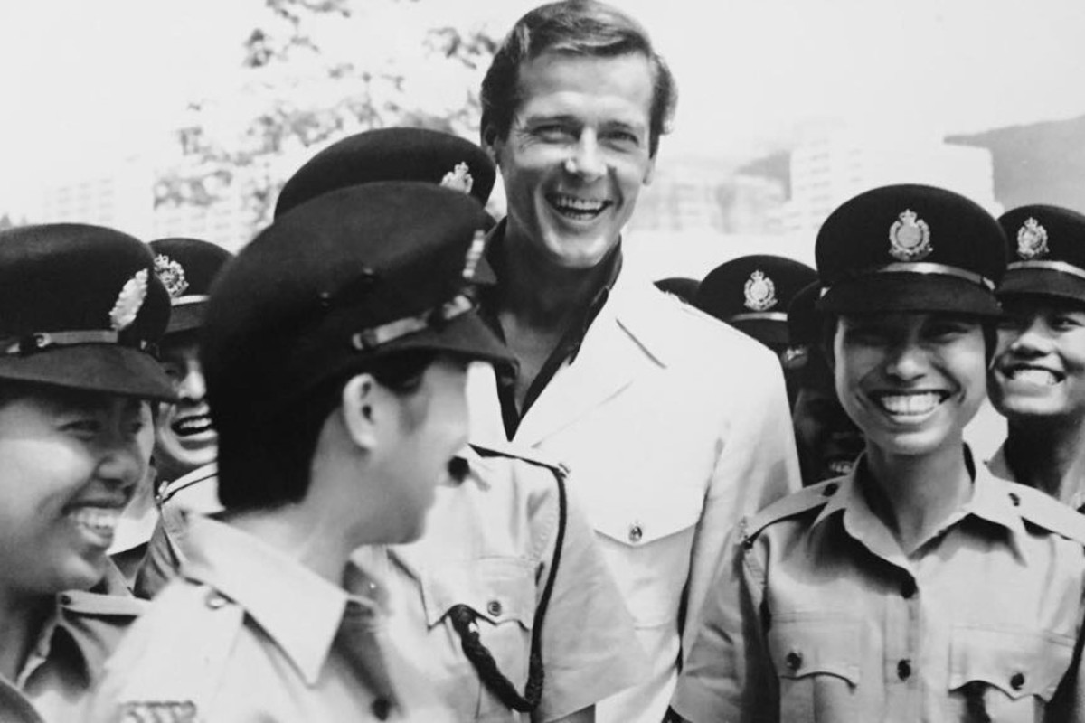 Roger Moore with Hong Kong policewomen.