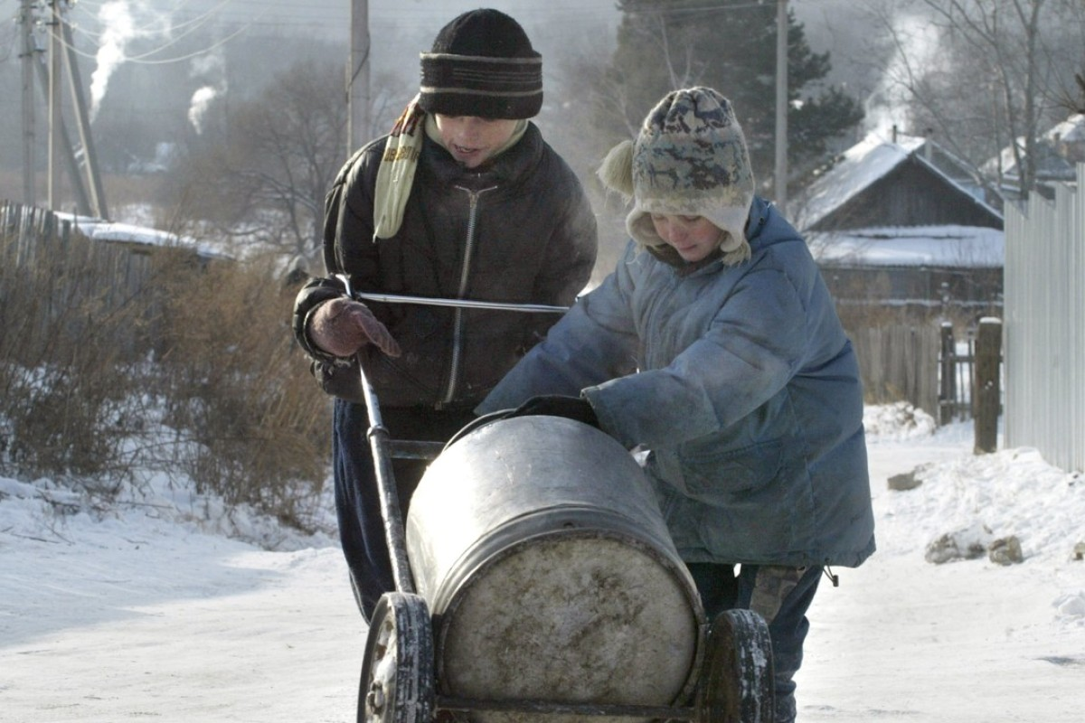 Children transport spring water to their village outside Khabarovsk, Russia. A 100 billion yuan investment fund is the latest in a string of efforts to strengthen ties along the border of China and Russia. Photo: AFP