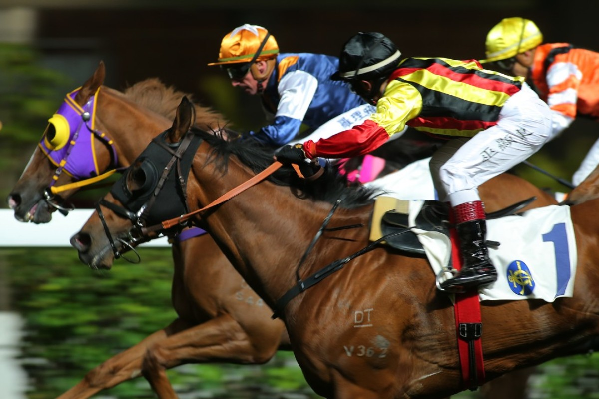 Dylan Mo looks over to see where his rivals are after storming home to win aboard Navas in February. Photos: Kenneth Chan