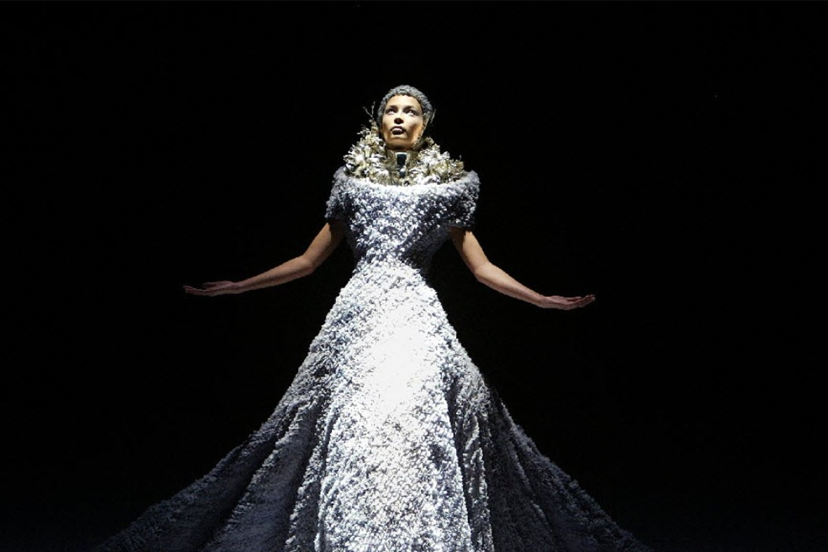 A model presents this creation as part of British designer Alexander McQueen's 2004-2005 autumn/winter ready-to-wear fashion collection in Paris, March 5, 2004. Photo: Reuters