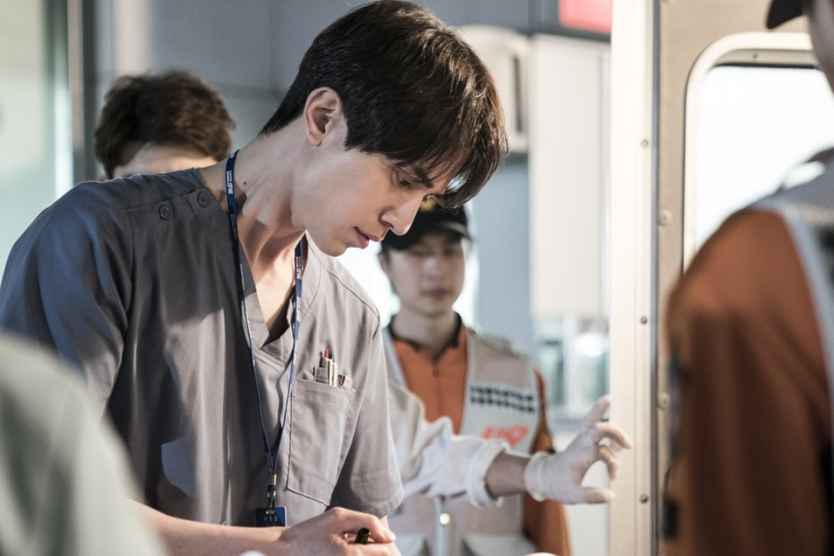 Lee Dong-wook is bound to attract legions of his admirers to his new show.
