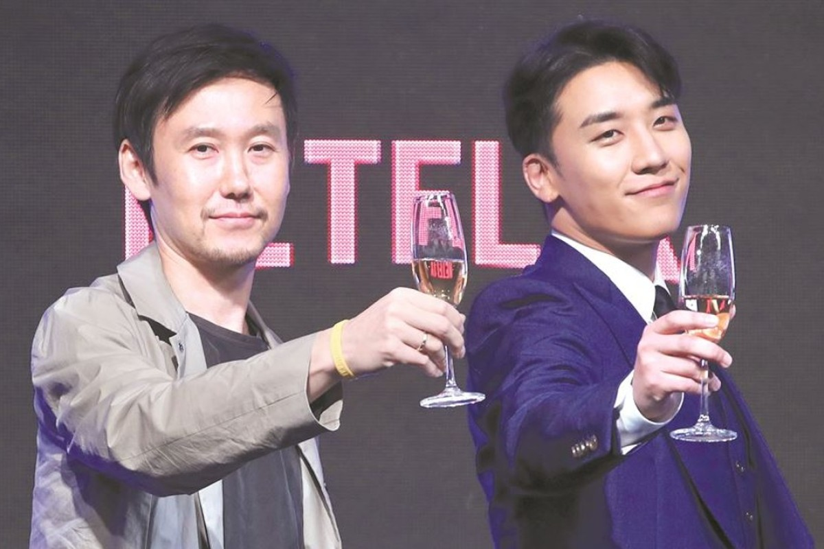 Seungri (right), a member of YG Entertainment's boy band Big Bang, and Park Jun-su, a producer on the sitcom 'YG Future Strategy Office', attend an event to publicise the new show in Seoul on Monday. Photo: Yonhap