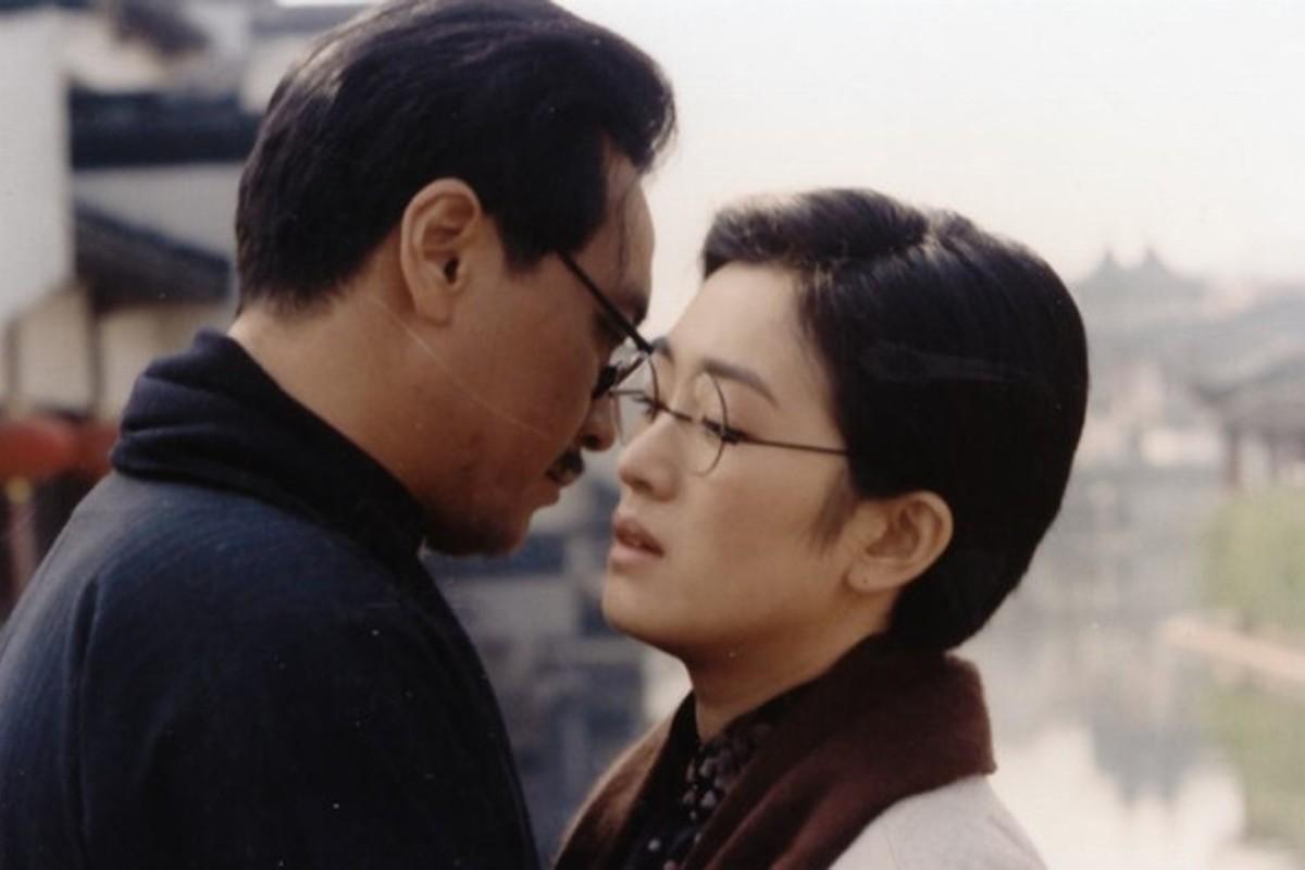 Derek Yee and Gong Li in A Soul Haunted by Painting (1994).